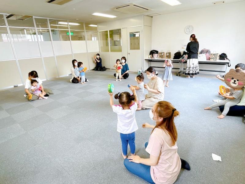 1歳児と親子がタンバリンを振っているリトミック
