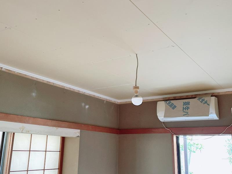 白い天井板と和室とエアコン
