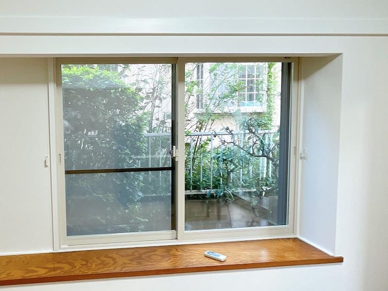 二重サッシの白い窓