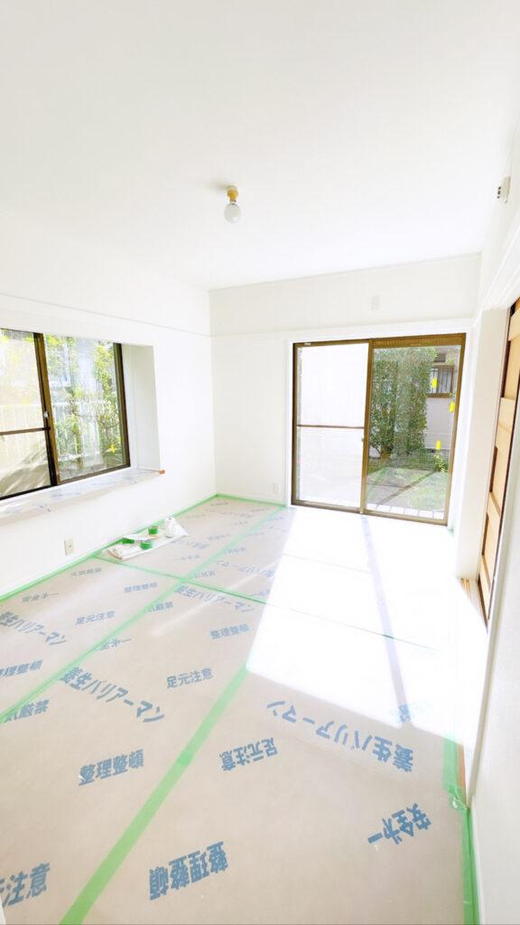 白い壁紙の部屋。リフォーム中