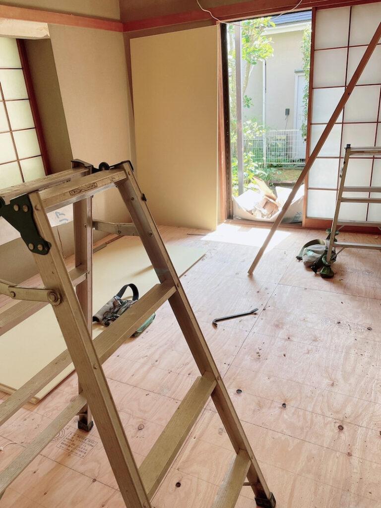 和室の床に茶色の板が並べられている