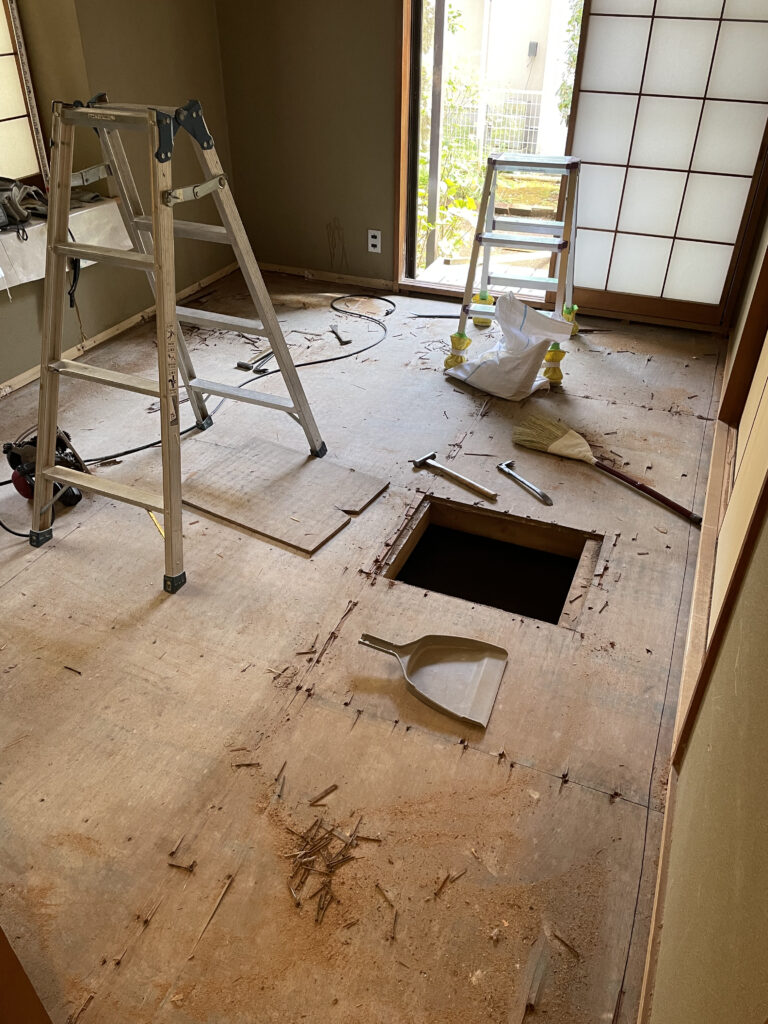 床板に穴が開いている